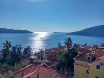 Sikt på Adriatiskt havet och berg, Herceg-Novi arkivfoto