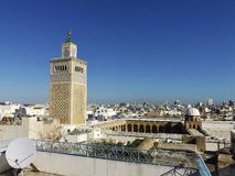 Sikt på al-Zaytunamoskén och horisonten av Tunis Arkivfoton