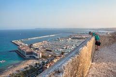 Sikt på Alicante den gammal staden och port från slotten Santa Barbara, sommar Spanien royaltyfri fotografi