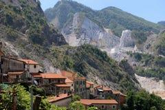 Sikt på Alpi Apuane marmor arkivfoton