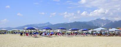 Sikt på Alpien Apuane från stranden av Versilia Mediterranea fotografering för bildbyråer