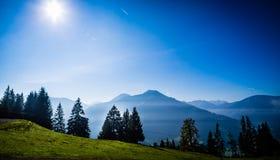 Sikt på alpin bergskedja nära Brixen im Thale Arkivbild