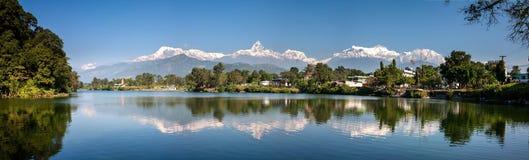 Sikt på Annapurna bergskedja och dess reflexion i Phewa lak Royaltyfri Bild