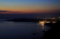 Sikt på Arillas Agiou Georgiou & x28; Korfu island& x29; vid solnedgången royaltyfria bilder