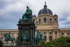 Sikt på Art History Museum Kunsthistorisches Museum i Wien/Österrike och Maria Theresia Monument framtill Arkivfoto