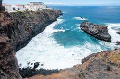 Sikt på Atlantic Ocean med stora vågor och svarta klippor Kanariefågelöar, Tenerife, Spanien Arkivbilder