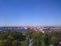 Sikt p? av den St Petersburg staden fr?n kolonnaden av St Isaac& x27; s Ryssland royaltyfri bild