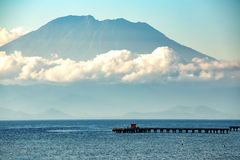 Sikt på Bali från havet, vulcano i moln Royaltyfria Bilder