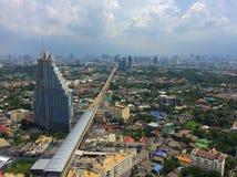 Sikt på Bangkok och gångtunnelen från skyskrapa Golv 41 Sommar Arkivfoton