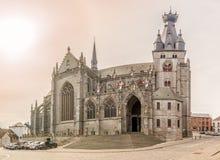 Sikt på basilikan av helgonet Maternus i Walcourt - Belgien fotografering för bildbyråer