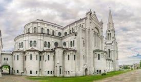 Sikt på basilikan av Sainte Anne de Beaupre i Kanada fotografering för bildbyråer