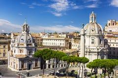 Sikt på basilikan Ulpia, kolonn för Trajan ` s och Santa Maria di Loreto från altaret av fäderneslandet arkivfoton