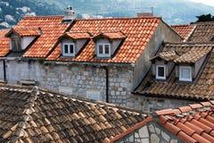 Sikt på belade med tegel tak med fönster Royaltyfri Foto