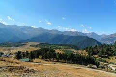 Sikt på berg- och Omalo by georgia Arkivbilder