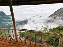 Sikt på bergdalen som täckas i dimma Royaltyfria Foton