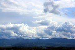 Sikt på bergskedja Arkivfoto