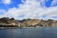 Sikt på bergskedja från ett kryssningskepp - Santa Cruz de Tenerife, kanariefågelöar Arkivbilder