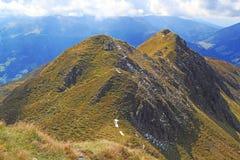 Sikt på bergskedja i fjällängarna Arkivfoton