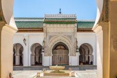 Sikt på borggårduniversitetet av Al Quaraouiyine i Fez - Marocko royaltyfri fotografi