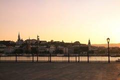 Sikt på Buda Hill från en parlamentfyrkant i Budapest, Danu Royaltyfria Foton