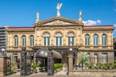 Sikt p? byggnaden av den nationella teatern i San Jose - Costa Rica royaltyfria bilder