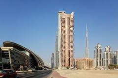 Sikt på byggnader i i stadens centrum Dubai - Burj Khalifa och Dubai Mal Fotografering för Bildbyråer