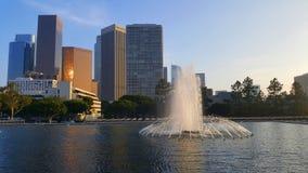 Sikt på centrum i Los Angeles med scyscrapers i bakgrund och med den främsta springbrunnen arkivfoto
