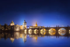 Sikt på Charles Bridge i Prague på natten royaltyfria foton