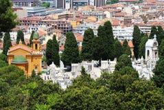 Sikt på cimeteriesna av den trevliga slotten, Frankrike Royaltyfri Bild