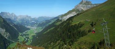 Sikt på dalen av Engelberg Arkivbild