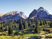Sikt på de alpina maxima Schibenstoll och Zuestoll i den Churfirsten bergskedjan royaltyfri fotografi