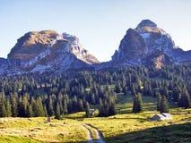 Sikt på de alpina maxima Schibenstoll och Zuestoll i den Churfirsten bergskedjan arkivbild