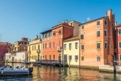 Sikt på de kulöra byggnaderna på den Vean kanalen i Chioggia - Italien royaltyfria bilder