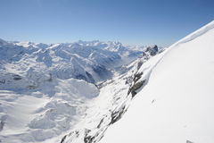 Sikt på de schweiziska fjällängarna från monteringen Titlis Arkivbilder