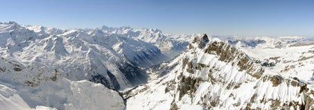Sikt på de schweiziska fjällängarna från monteringen Titlis Arkivfoton