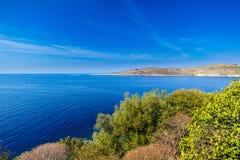 Sikt på den albanian kusten nära Porto Palermo, Albanien arkivfoto