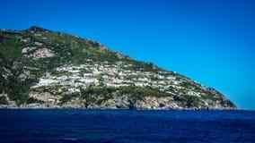 Sikt på den Amalfi kusten som ses från medelhavet, nära Positano, Italien royaltyfri bild