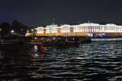 Sikt på den Amiralitetet invallningen av den Neva floden, byggnaden av senaten och synoden, monumentet till Peter det stort Neva  Arkivfoto