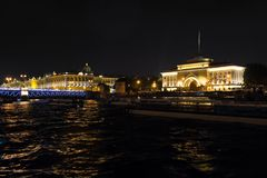 Sikt på den Amiralitetet invallningen och eremitboningen Neva flod, St Petersburg Augusti 2017 Arkivbilder