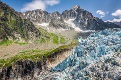 Sikt på den Argentiere glaciären Fotvandra till den Argentiere glaciären med th royaltyfria foton
