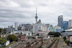 Sikt på den Auckland järnvägen och cityscape, mulen dag, nya Zealan royaltyfri bild
