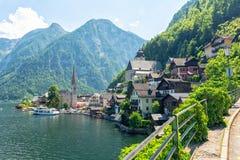 Sikt på den berömda Hallstatt byn i österrikiska fjällängar, Österrike Royaltyfria Bilder