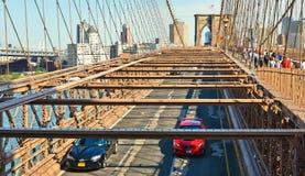 Sikt på den Brooklyn bron och Hudson River med rinnande bilar och modern horisont i bakgrund i Manhattan, New York royaltyfri bild