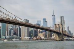 Sikt på den Brooklyn bron och på skycrapers bakom i New York City arkivbilder