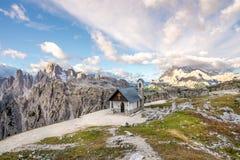 Sikt på den Cappella deglien Alpini från södra sida av Tre Cime di Lavaredo i Dolomites Royaltyfri Foto
