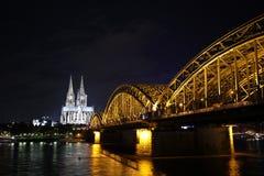 Sikt på den Cologne domkyrkan och den Hohenzollern bron, Tyskland Fotografering för Bildbyråer