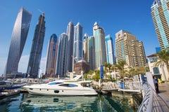 Sikt på den Dubai marina med lyxiga fartyg och yachter, Dubai, Förenade Arabemiraten Arkivfoto