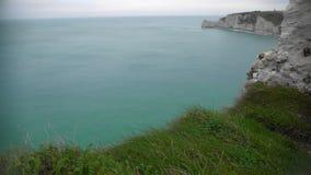 Sikt på den engelska kanalen och steniga klippor i Etretat, Frankrike, gudomlig natur stock video