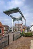 Sikt på den forntida bron mellan Bodegraven en Woerden, Nederländerna arkivbild