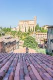 Sikt på den forntida kyrkan över det historiska taket i staden av Siena fotografering för bildbyråer